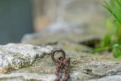 Kette und Anker im Stein Natur verkettet durch rostigen Anker Lizenzfreies Stockbild