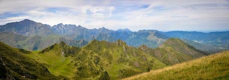 Kette von Gipfeln von Bergen in den Pyrenäen Stockfoto