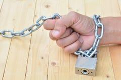 Ketten- und Schlüsselverschluß die Hand der Person, Metallkette, verschlossenes padlo Lizenzfreies Stockbild