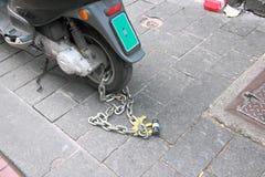 Ketten- und Vorhängeschlosssicherheits-Radmotorrad Stockbild