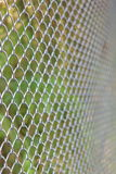 Kettenglied, das Wirbelsturm-Zaun einzäunt Stockbilder