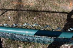 Kettenglied-Zaun-und vor Bau-Markierungen stockbild