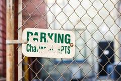 Kettengliedzaun mit Zeichen auf ihm lizenzfreies stockfoto
