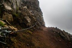 Kettenhandschiene, die den Weg an der Spitze des Bergs Esja markiert lizenzfreies stockfoto