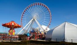 Kettenkarussell und Ferris Wheel Stockfotografie