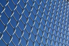 Kettenlink-Zaun mit blauem Himmel Lizenzfreie Stockfotografie