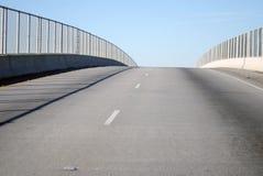 Kettenlink-Zaun und Brücke Stockbilder
