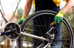 Ketting die van de mensen de smerende fiets voor het nieuwe seizoen handhaven royalty-vrije stock fotografie