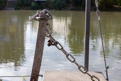 ketting en slot bij zonnige rivieroever royalty-vrije stock foto's