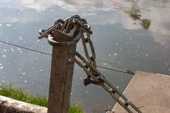 ketting en slot bij zonnige rivieroever royalty-vrije stock foto