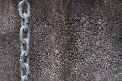 Ketting het Hangen op een Concrete Muur stock foto