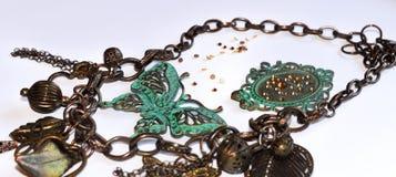 Ketting met decoratieve groene vlinders, bladeren, bloemen, kader, harten en parels royalty-vrije stock afbeelding