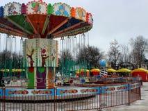 Ketting van de kinderen` s de heldere carrousel in het centrum van het vierkante close-up in de wintertijd Stock Foto's