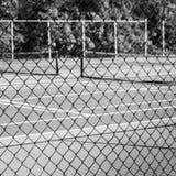 Ketting-verbinding Omheining met Tennisbaan op Achtergrond Stock Fotografie