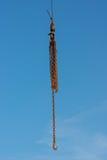Kettingen en haken tegen blauwe hemel worden geïsoleerd die Stock Afbeelding