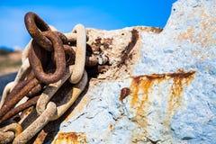 Kettingen op de rots Stock Foto