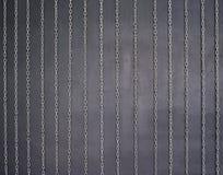 Kettingen op zwarte muur royalty-vrije stock afbeelding