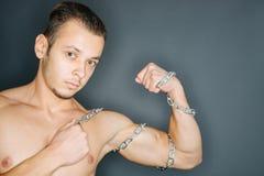 Kettingen rond bicepsen stock foto