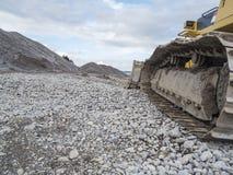 Kettingen van een bulldozer in het lege Forggen-meer Stock Foto's