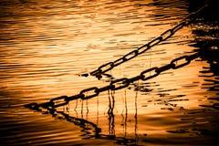 Kettingen in water stock fotografie