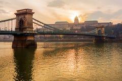 Kettingsbrug bij zonsondergang - hangbrug over de Rivier van Donau Stock Afbeelding