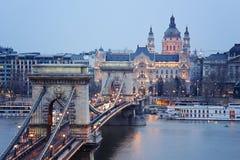 Kettingsbrug in Boedapest tijdens het blauwe uur Royalty-vrije Stock Foto's