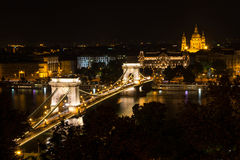 Kettingsbrug en St Stephen Basiliek bij nacht, Boedapest Royalty-vrije Stock Afbeelding