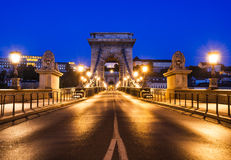 Kettingsbrug of Szechenyi Lanchid in de nacht van Boedapest Stock Fotografie