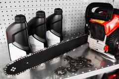 Kettingzaag, de vertoning van de oliefles op hulpmiddelopslag royalty-vrije stock afbeelding