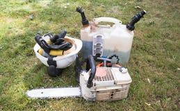Kettingzaag en klaar voor gebruik van brandstof dat wordt voorzien dat stock fotografie
