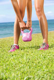 Kettlebell健身培训妇女 免版税库存图片