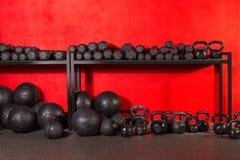 Kettlebell哑铃和被衡量的球在健身房 库存图片