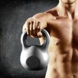 Kettlebell哑铃-健身人举的重量 库存图片