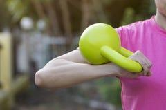 Kettlebell训练健身妇女 库存图片
