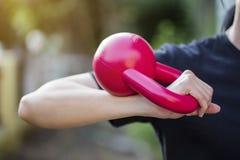 Kettlebell训练健身妇女 图库摄影
