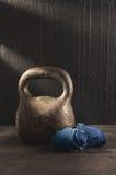 Kettlebell και επίδεσμοι Workout για το καλύτερο σώμα και την υγεία Στοκ Εικόνες