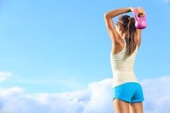 使用kettlebell的健身妇女外面 免版税图库摄影