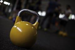 Kettlebell amarillo en un gimnasio del crossfit Imágenes de archivo libres de regalías