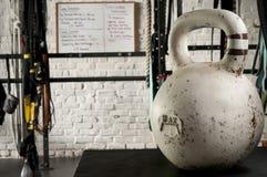Kettlebell branco em um assoalho do gym Imagem de Stock