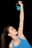 健身妇女与kettlebell的训练crossfit 免版税库存照片