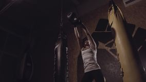 Kettlebell de elevación concentrado fuerte de la mujer joven metrajes