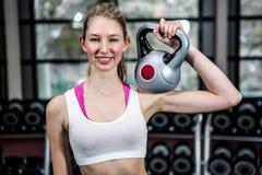 Kettlebell de elevación sonriente de la mujer apta Fotos de archivo