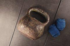 Kettlebell e fasciature Allenamento per il migliori corpo e salute Fotografia Stock Libera da Diritti