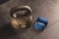 Kettlebell e fasciature Allenamento per il migliori corpo e salute Fotografie Stock