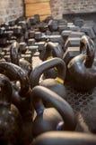 Kettlebell e peso no assoalho Imagem de Stock Royalty Free