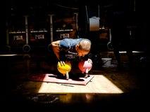 Kettlebell instruktörPerforming bottnar-upp Push-UPS arkivfoto