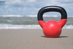 Kettlebell na praia Imagem de Stock Royalty Free