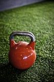 Kettlebell rojo en un gimnasio del crossfit Imagen de archivo