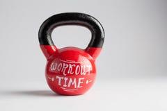 Kettlebell rosso con l'iscrizione di tempo di allenamento scritta su isolato Fotografia Stock