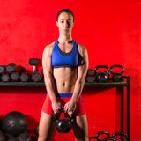 Kettlebell-Schwingentrainings-Trainingsfrau an der Turnhalle lizenzfreie stockfotos
